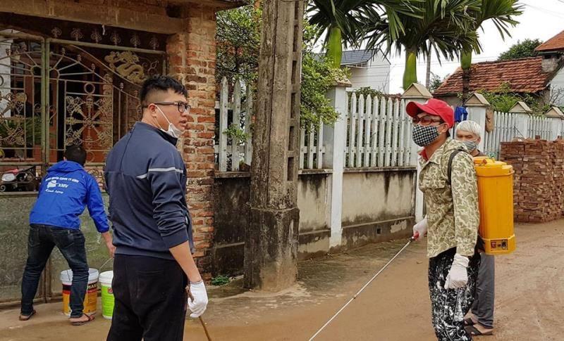 Phun khử trùng ở nhà dân xã Sơn Lôi - Bình Xuyên