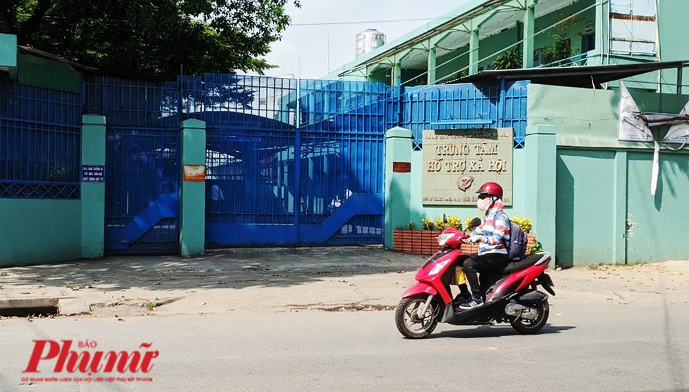 Cánh cổng luôn đóng kín im ỉm của Trung tâm hỗ trợ xã hội TP.HCM