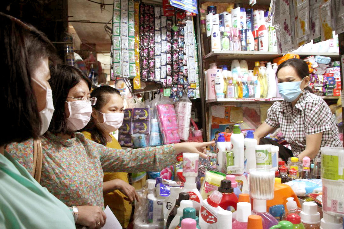 Bà Trần Thị Huyền Thanh - Trưởng đoàn khảo sát thăm hỏi, nắm tình hình phòng chống dịch cúm tại các chợ