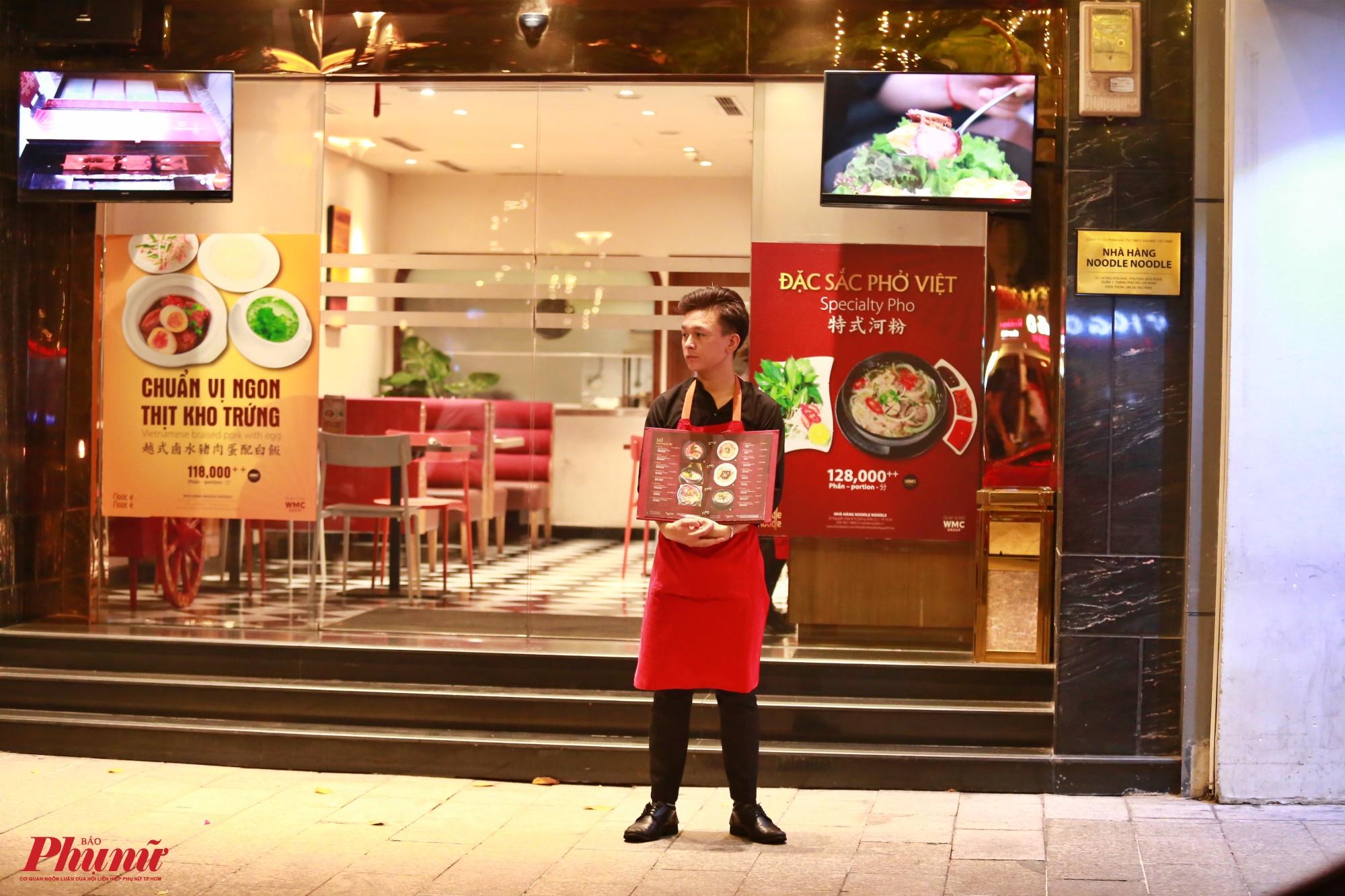 Nhiều nhà hàng cho nhân viên cầm menu đứng trước để chào mời khách nhưng vẫn không có ai
