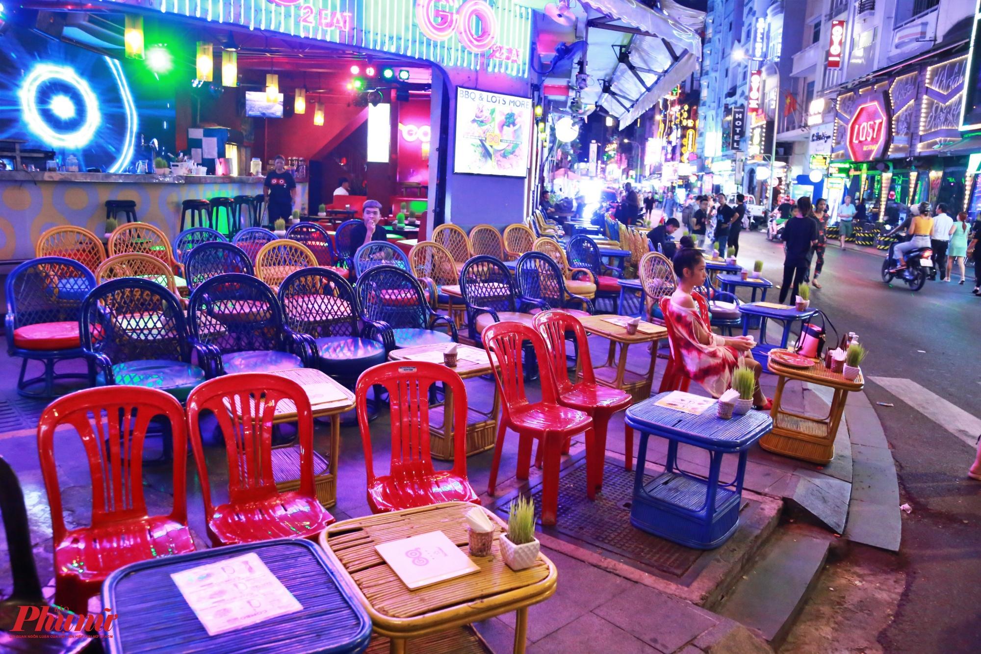 """Thay vì cảnh tượng thường thấy trước đây là tất cả các nhà hàng đều tấp nập, hết bàn, hết chỗ, phải đặt bàn trước, với rất nhiều chương trình vui chơi, giải trí """"đỏ đèn"""" hàng đêm, bây giờ là cảnh vắng lặng triền miên."""