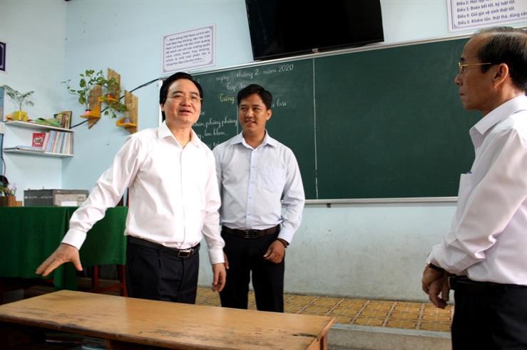 Bộ trưởng Phùng Xuân Nhạ kiểm tra công tác phòng chống Covid-19 tại địa phương