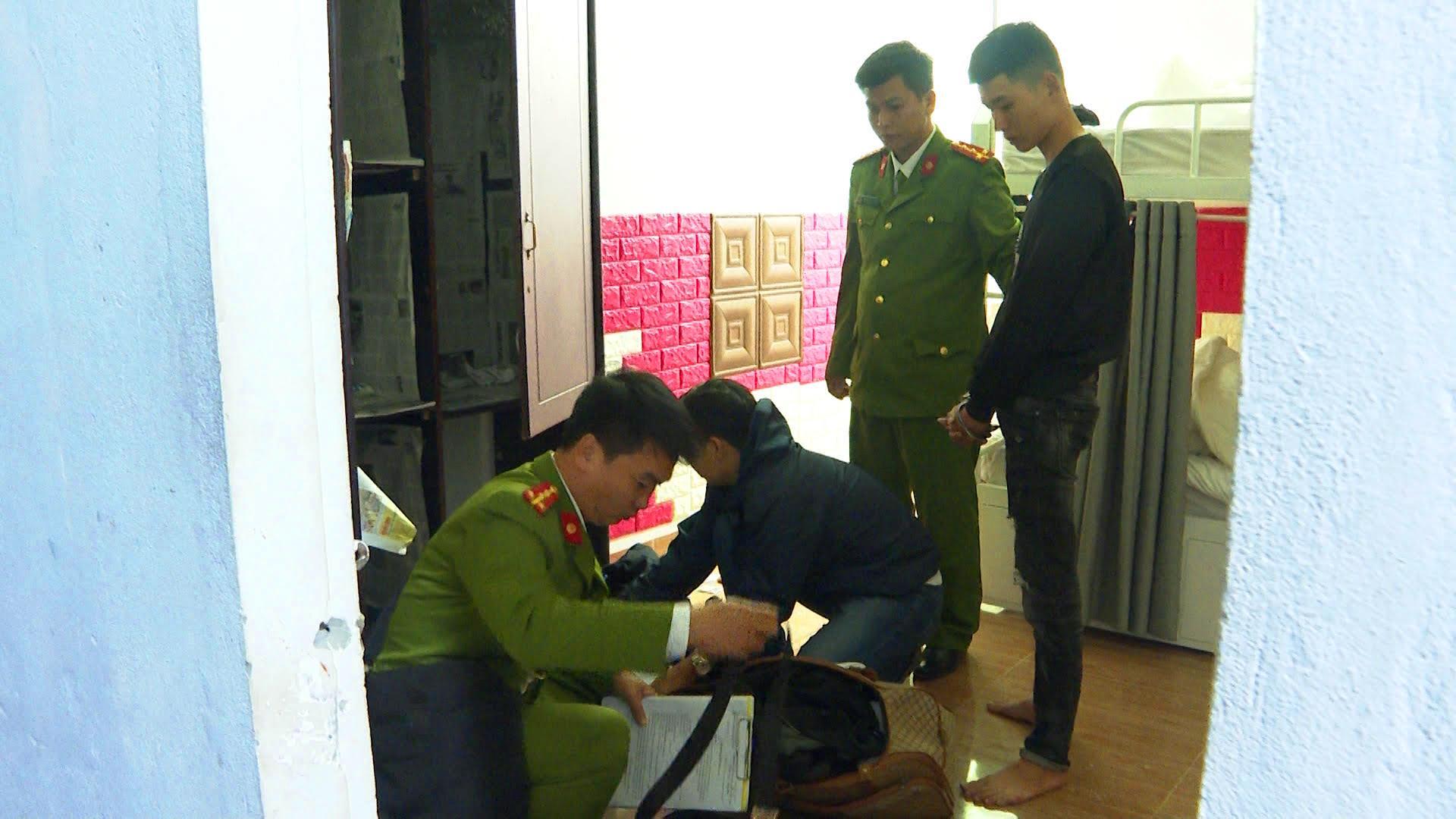 Lực lượng công an khám xét nơi 3 đối tượng thuê trọ  ở đường Nguyễn Khoa Vy phường Vỹ Dạđể tổ chức cho vay
