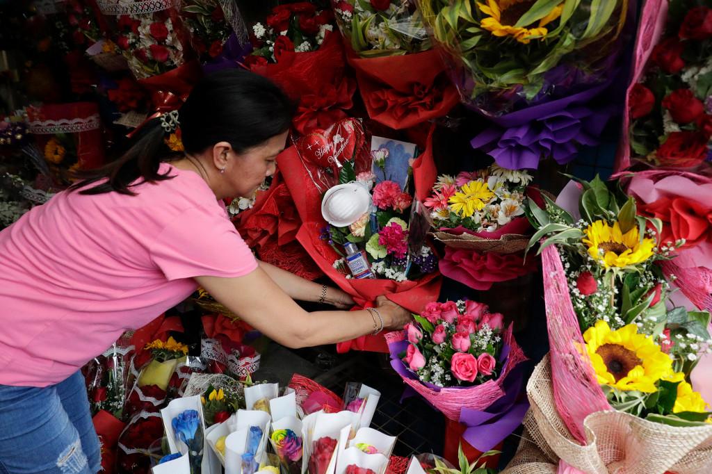 Cô Mary Jane Villegas và bó hoa mang thông điệp chống Covid-19. Ảnh: New York Post