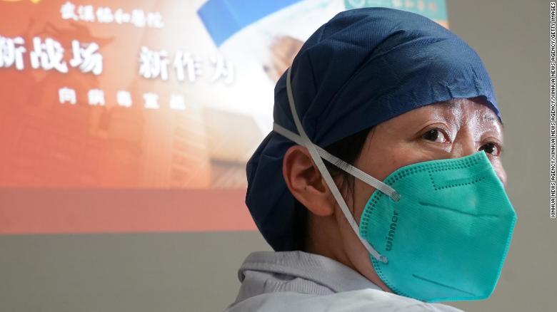 Thiếu hụt thiết bị bảo hộ y tế khiến các nhân viên đối mặt nguy cơ lây nhiễm cao.