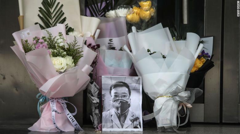 Việc chậm công bố nguy cơ lây nhiễm của virus khiến nhiều nhân y tế bị lây bệnh. Điển hình như trường hợp của bác sĩ Lý Văn Lượng, người vừa qua đời vào tuần trước.