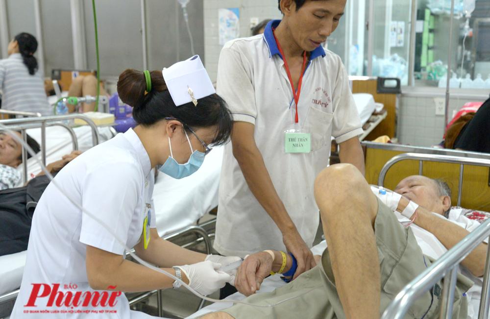 Một điều dưỡng chăm sóc cho bệnh nhân tại khoa Câp cứu, BV Chợ Rẫy - nơi đây nhân viên y tế vẫn được cấp phát để dùng khẩu trang y tế