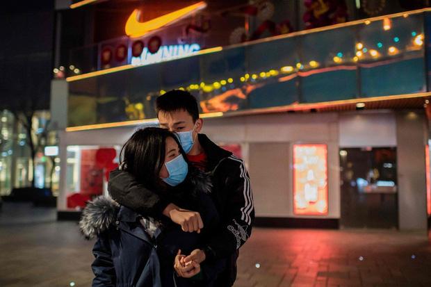 Nụ hôn của một cặp đôi trên đường phố thời Corona