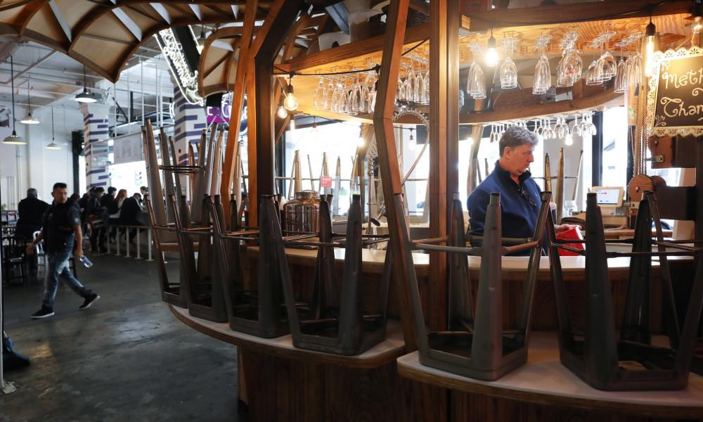 Bang California keu goi dong cua quan bar, hop dem de ngan dich COVID-19