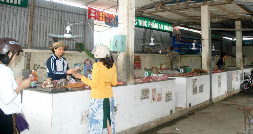Giá thịt lợn quá cao, tiểu thương cũng chật vật vì ế ẩm