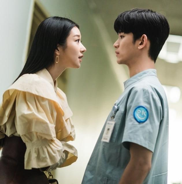Câu chuyện tình yêu giữa Kim Soo Hyun và Seo Ye Ji thu hút sự chú ý của khán giả.