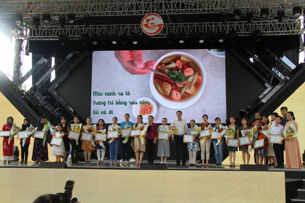 Ban tổ chức chụp hình với 24 thí sinh đoạt giải chung cuộc cuộc thi online 'Góc bếp, nếp nhà do Hội LHPN TP tổ chức