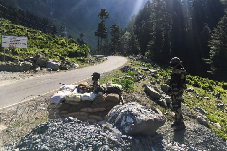 Các binh sĩ của Lực lượng An ninh biên giới Ấn Độ (BSF) bảo vệ đường cao tốc giáp Trung Quốc