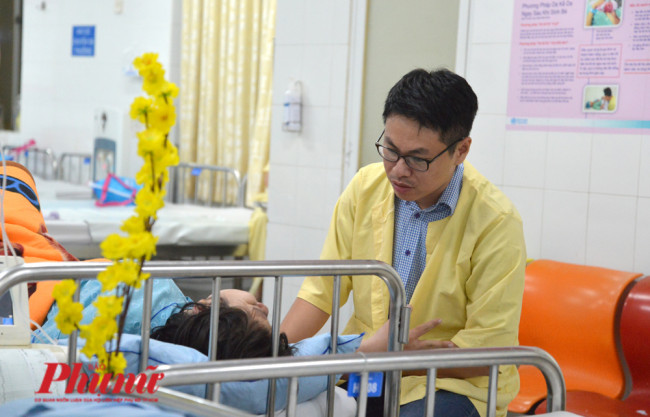 <p><em>Bệnh viện Từ Dũ (TPHCM) – 23g30 ngày 31/12/2019, các phòng chờ sinh rực rỡ sắc vàng của những nhành mai xinh xắn. Bên đầu giường vài ca sinh khó, những người chồng được vào an ủi, động viên vợ mình.</em></p>  <p>&nbsp;</p>
