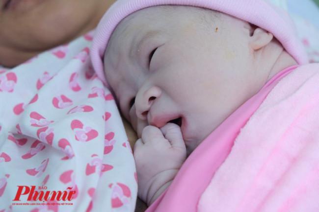 <p><em>Theo TS.BS Hoàng Thị Diễm Tuyết - Giám đốc Bệnh viện Phụ sản Hùng Vương, trong đêm giao thừa 2020, bệnh viện có hơn 20 thai phụ chờ sinh. Riêng ngày đầu năm, Bệnh viện Phụ sản Hùng Vương có hơn 120 em bé chào đời. Ảnh: Thiên Chương</em></p>