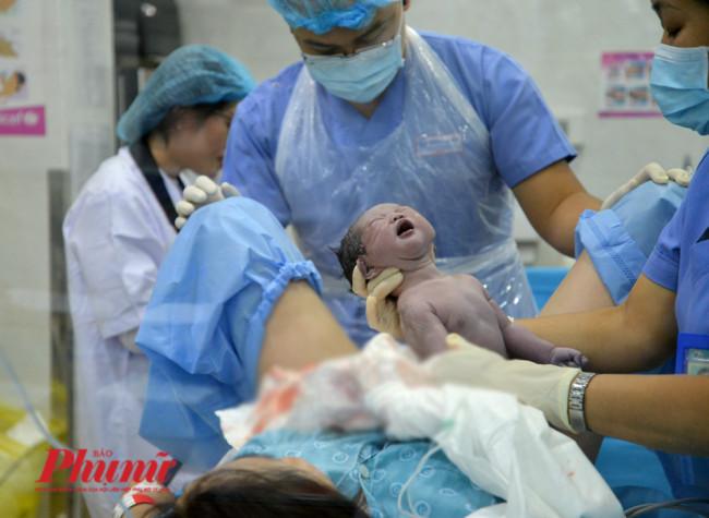 <p><em>Sau những nỗ lực của mẹ và các bác sĩ, nữ hộ sinh, bé gái của sản phụ Ánh Tuyết chào đời vào lúc 0 giờ 3 phút ngày 1/1/2020. Bé được mẹ đặt tên là Phạm Nhã Lam – là trẻ thứ hai chào đời trong thời khắc vài giây từ 2019 bước sang 2020.</em></p>  <p>&nbsp;</p>