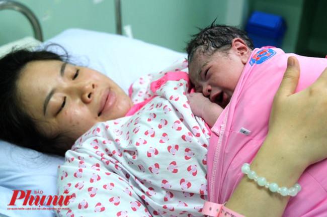 <p><em>Tại Bệnh viện Phụ sản Hùng Vương (TPHCM), em bé chào đời đầu tiên năm 2020 vào đúng 0 giờ ngày 1/1/2020. Đó là một bé trai nặng 2.900 gram, con của chị V.T.H.Đ ở Tân Bình, TPHCM. Sau khi chào đời, bé được chính tay ba cắt dây rốn và da kề da cùng mẹ. Việc làm này giúp kết nối tình yêu thương giữa ba mẹ và con. Ảnh: Thiên Chương.&nbsp;</em></p>  <p>&nbsp;</p>