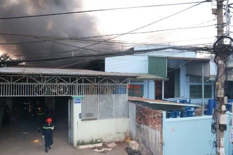 Cháy nổ lớn nhà máy sơn ven Sài Gòn