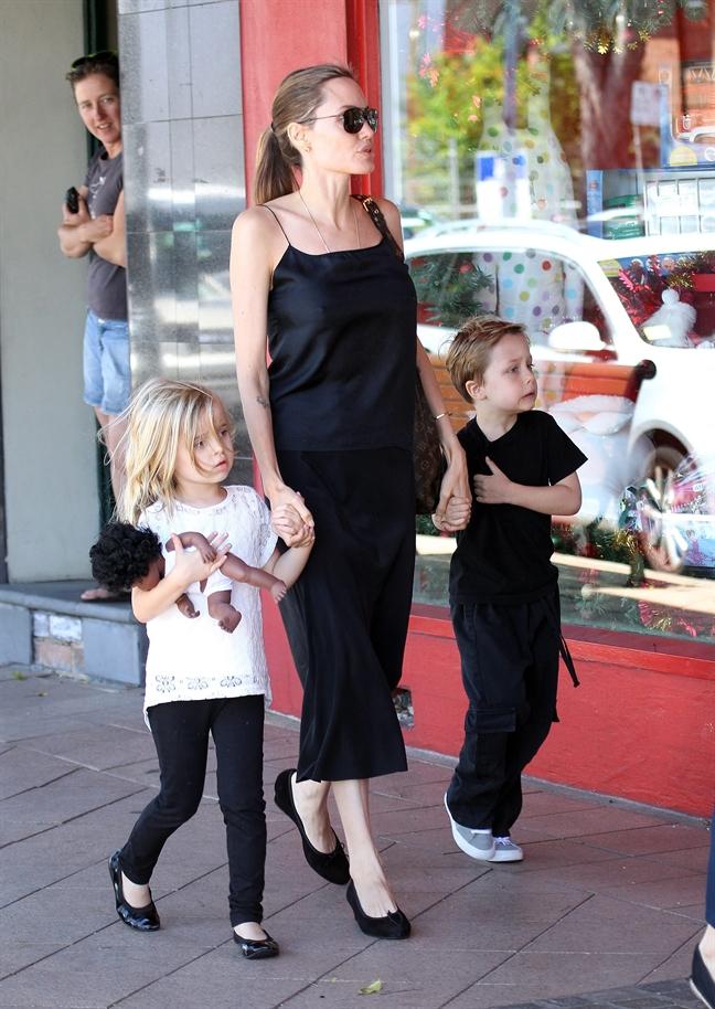 Brad Pitt gian du quyet gianh nuoi con vi Angelina Jolie de con bi danh dap
