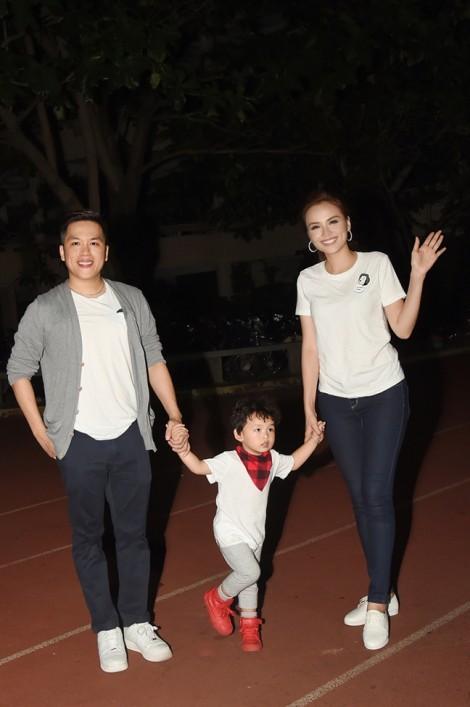 Hoa hậu Diễm Hương bịt mắt đá bóng cùng trẻ khuyết tật