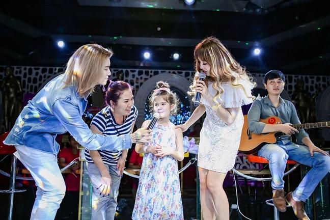 Tran Thanh tinh cam song ca cung ba xa Hari Won trong buoi fan meeting