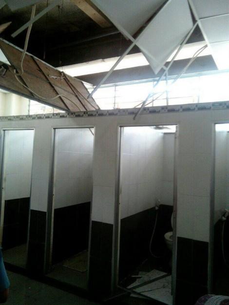 Sụp trần nhà vệ sinh chợ An Đông, hai người bị thương