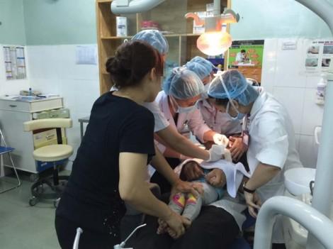 Bi hài khi bác sĩ chữa 'u răng ác tính' trong 30 giây