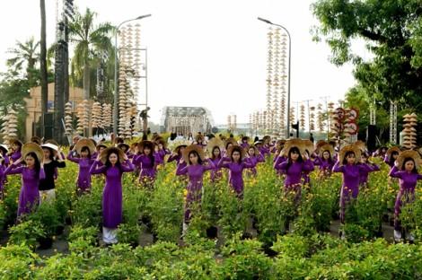 Áo dài tím nhuộm thắm Festival Nghề truyền thống Huế 2017