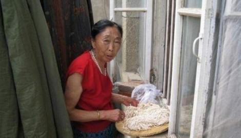 Cụ bà 71 tuổi quyết tâm phẫu thuật thẩm mỹ để cưới người tình tuổi 32