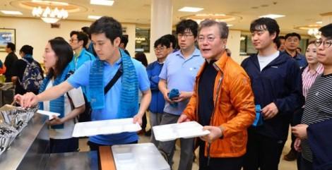 Người Hàn Quốc bị Tổng thống Moon Jae-in 'mê hoặc'