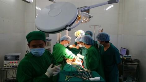 Cưa xương ức, cứu sống một bệnh nhân đã vỡ tim