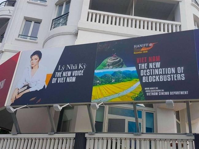 Ly Nha Ky mo tiec chieu dai khach VIP tai Cannes