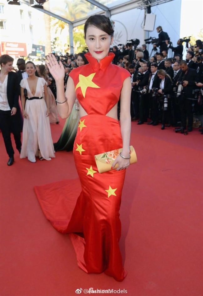 Mac vay hinh quoc ki len tham do Cannes, sao Trung Quoc phai cui dau xin loi