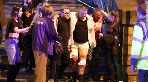 Cảnh hoảng loạn sau vụ nổ tại sân khấu Manchester Arena