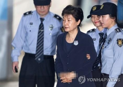 Bà Park Geun-hye tiều tuỵ trong phiên toà lịch sử cùng bạn thân