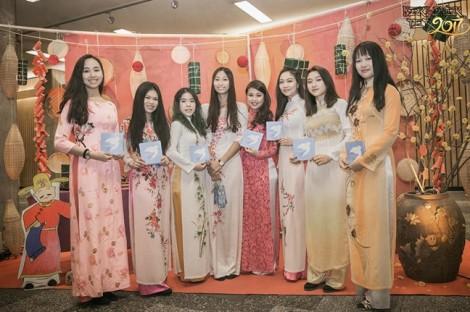 Nhớ quê hương da diết khi thấy tà áo dài Việt trên nước Đức