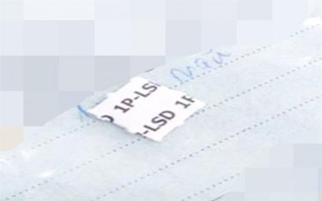 Thích ảo giác, bé gái 13 tuổi bán tem giấy ma túy cho các bạn trong trường