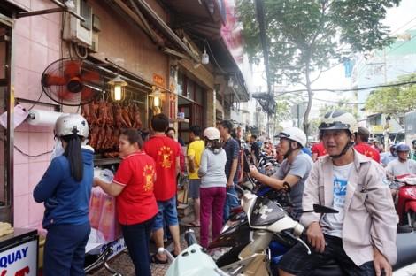 Con đường bán thịt quay lớn nhất Sài Gòn 'nhích từng chút' trong ngày Tết Đoan Ngọ