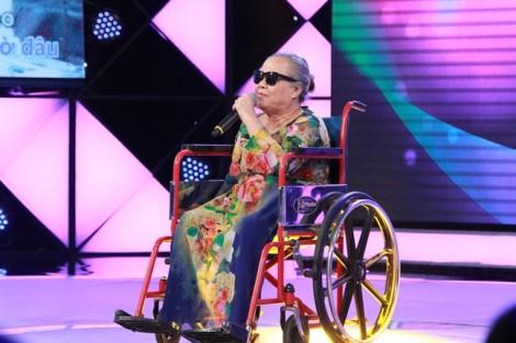 Cát Phượng bật khóc vì một người mẹ mù lòa