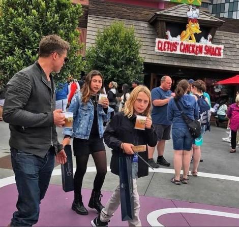 Brad Pitt đưa con của Chris Cornell đi công viên