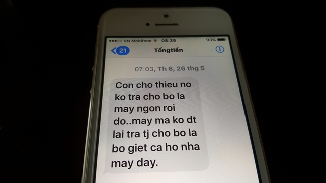 Chu khach san o Sai Gon bi giang ho doa giet ca nha vi mon no 'tren troi roi xuong'