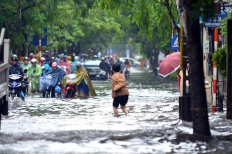 Sau cơn nắng lịch sử, Hà Nội... ngập nặng