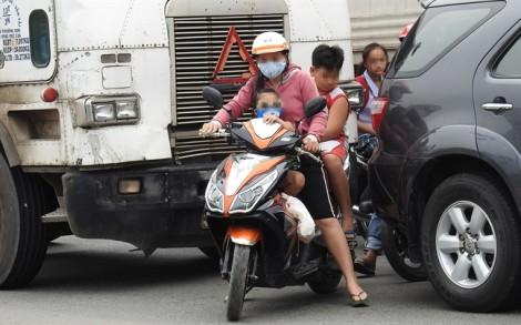 Chở trẻ bằng xe máy, nhiều tai nạn thương tâm