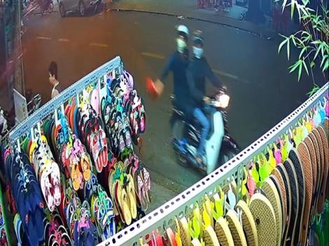 Côn đồ liên tục tạt sơn khủng bố cửa hàng bán giày dép ở Sài Gòn