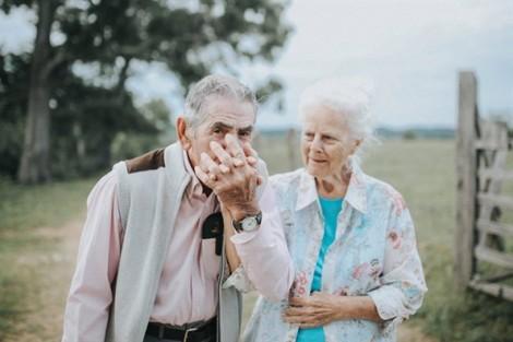Tình già 68 năm vẫn tươi thắm như cặp đôi mới cưới