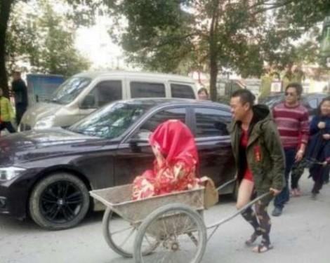 Đằng sau việc chú rể nghèo rước dâu bằng xe cải tiến