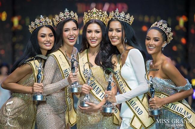 Quoc ki, ao dai Viet duoc mang len san khau trao giai Hoa hau Hoa binh Thai Lan 2017