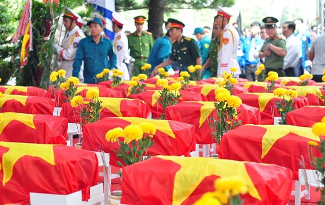 Nguoi than khoc nac tien biet liet si hy sinh trong tran danh san bay Bien Hoa nam 1968