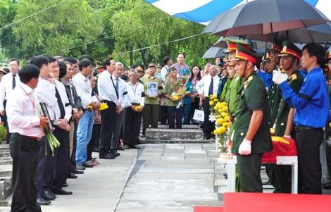 Người thân khóc nấc tiễn biệt liệt sĩ hy sinh trong trận đánh sân bay Biên Hòa năm 1968