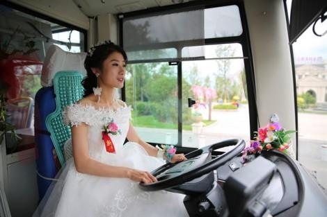 Thay vì ngồi xe hoa, cô dâu lái xe buýt rước chú rể vu quy